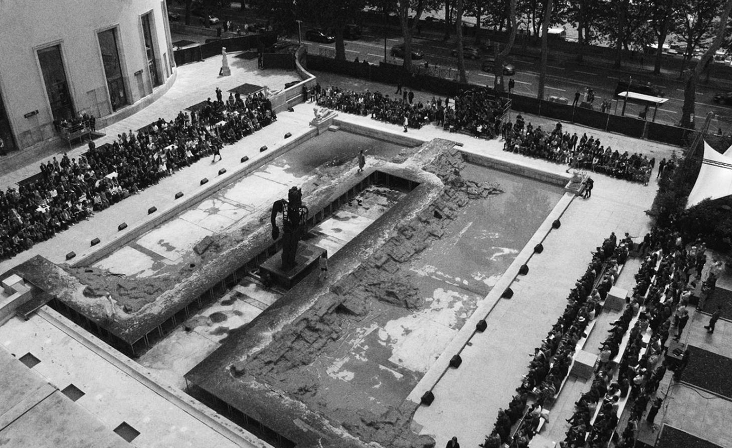No Palais de Tokyo, Owens usou a fonte drenada ao ar livre e instalou um fio de bronze preto do artista britânico Thomas Houseago. O artista também permitiu que Owens usasse uma imagem de uma de suas esculturas de parede como arte de convite da marca / Reprodução
