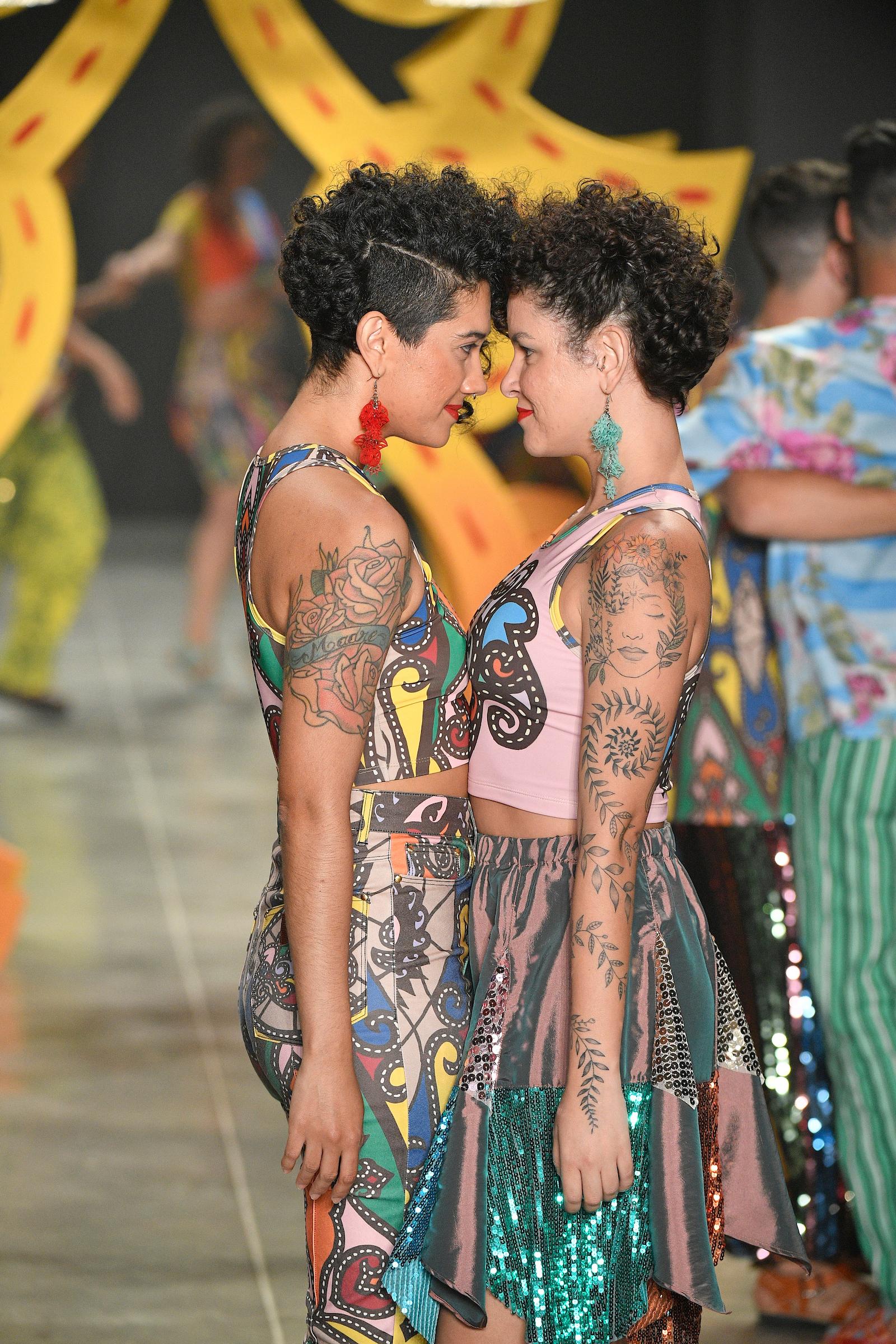 Casais LGBT+ dançaram na passarela durante o desfile da Amapõ. / FOTOSITE