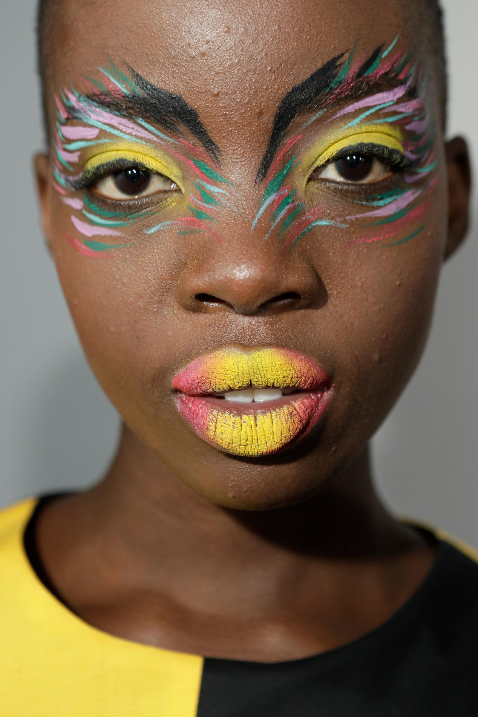 Nina Roiz criou uma explosão de cores e shapes nas múltiplas maquiagens do desfile da Cavalera / FOTOSITE