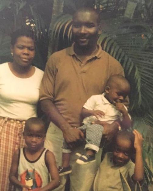 Loic pequeno com sua família / Reprodução Instagram