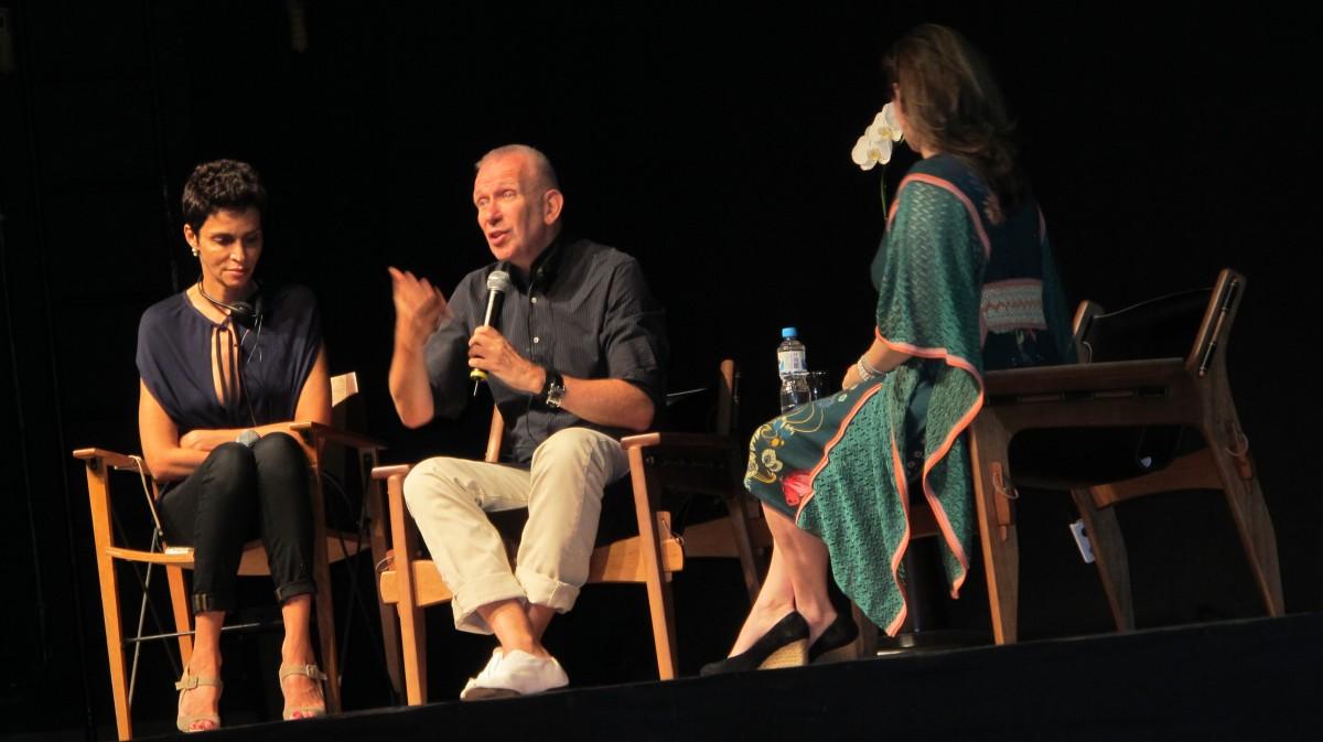 Farida Khelfa, Jean Paul Gaultier e Camila Yahn em evento do FFW no Fashion Rio / Reprodução