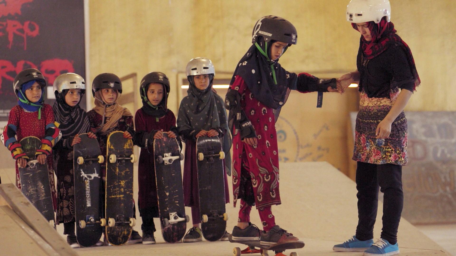 Cena do filme Learning to Skateboard in a Warzone / Reprodução