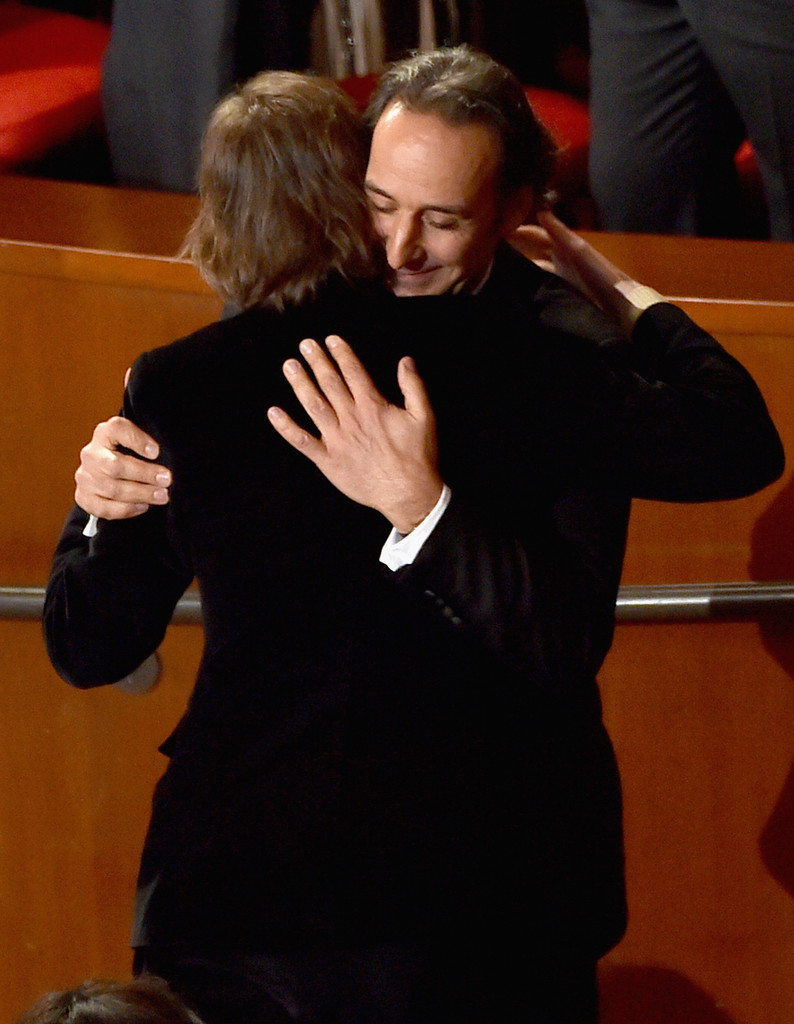 Alexandre Desplat é abraçado por Wes Anderson após vencer o Oscar de Melhor Trilha por Hotel Budapeste / Reprodução
