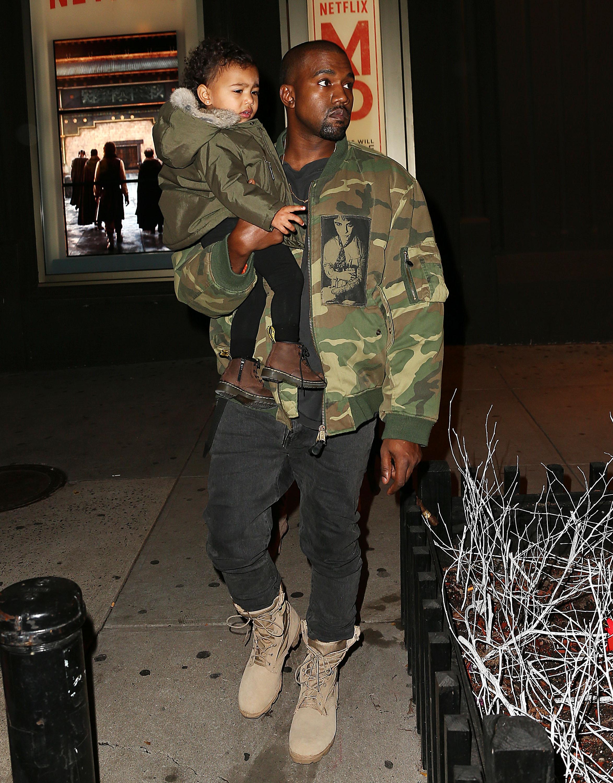 Kanye West com jaqueta de Raf Simons da coleção Riot! Riot! Riot / Reprodução