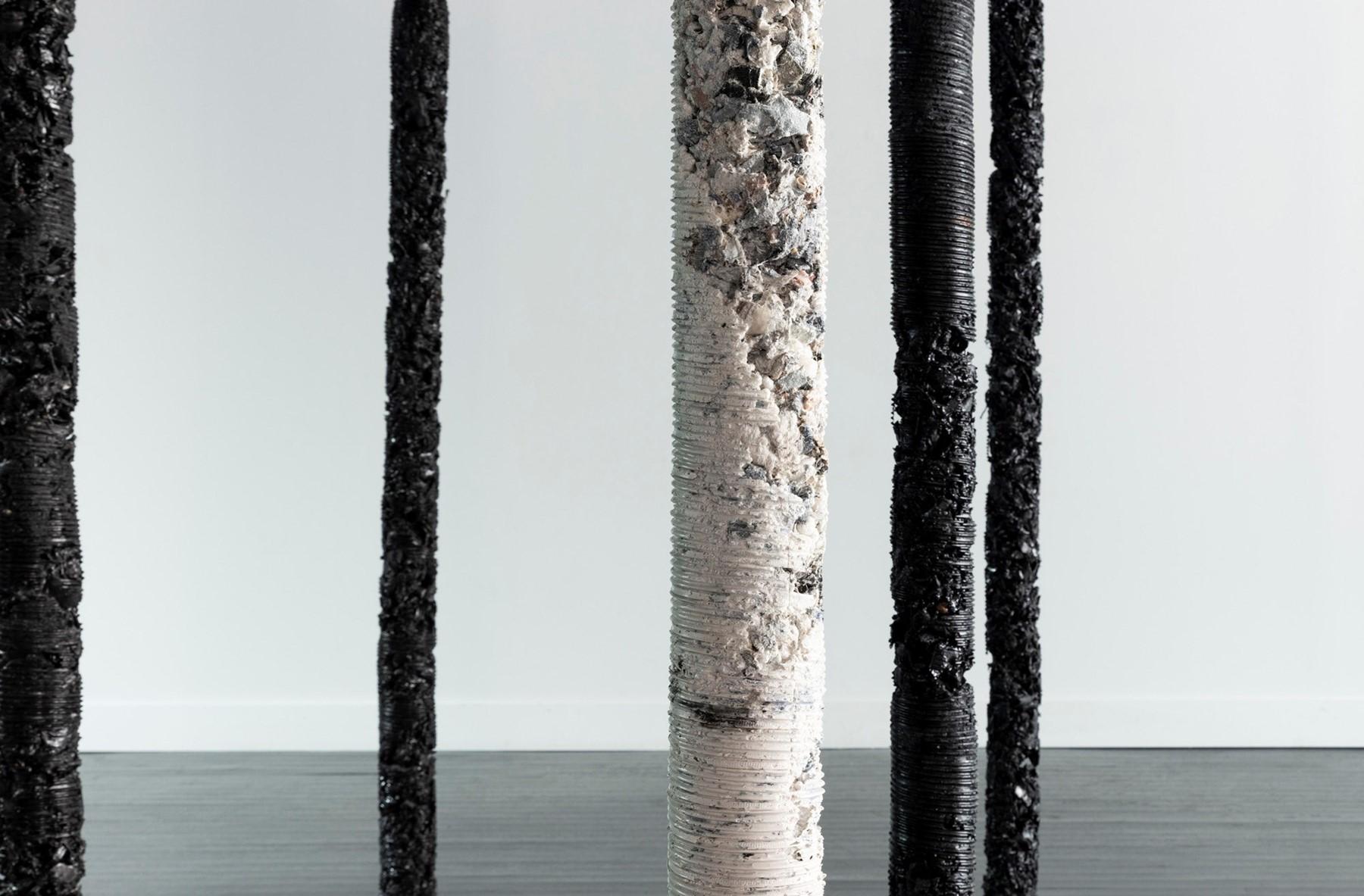 Pilares de roupas trituradas de Helmut Lang / Reprodução