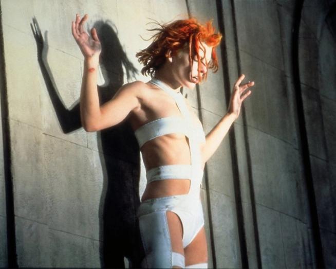 mila jovovich e o look bandagem