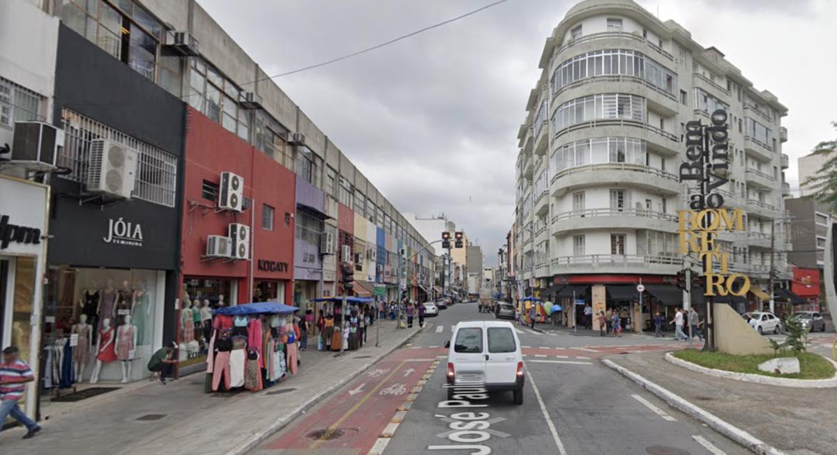 a rua josé paulino, principal rua comercial do bairro do bom retiro.