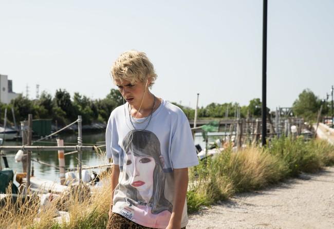 Frazer, em uma das cenas com camiseta de Raf Simons