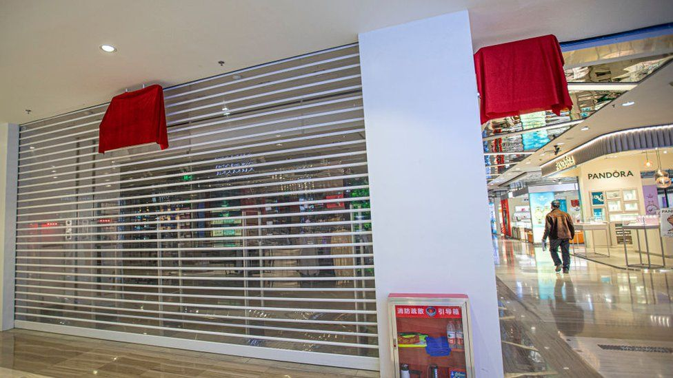 As lojas da rede H&M foram fechadas e tiveram seu logo tampado na China / Reprodução BBC