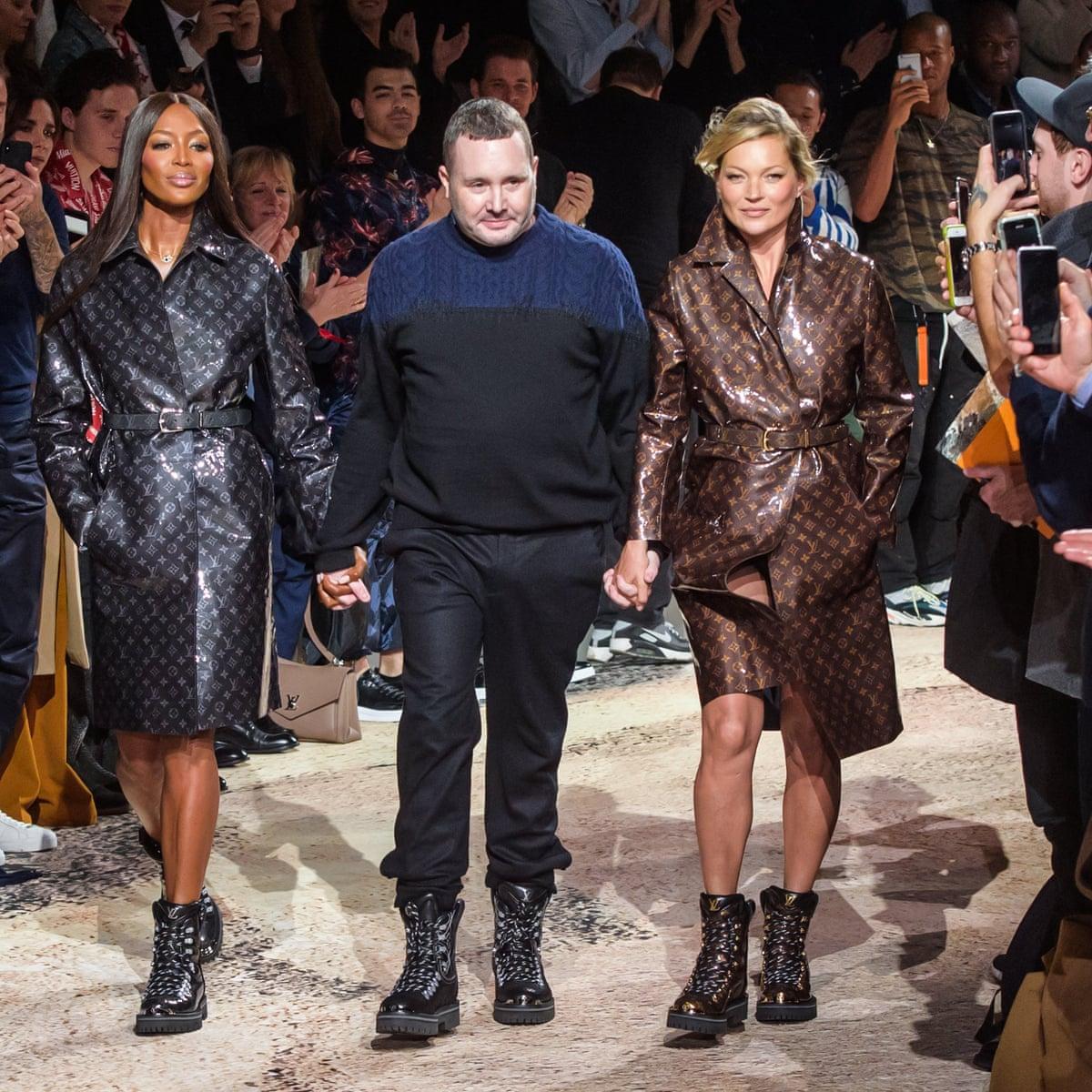 Kim Jones, diretor criativo da Louis Vuitton, entre Naomi e Kate vestidas com o monograma mais famoso da marca / Reprodução
