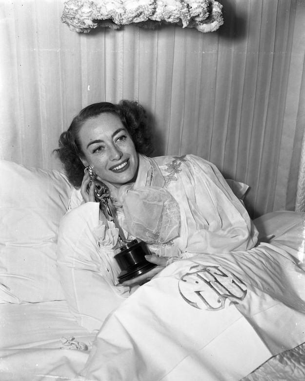 """ACAMADA, JOAN CRAWFORD RECEBE O OSCAR DE MELHOR ATRIZ EM 1946, PELO FILME """"MILDRED PIERCE"""""""