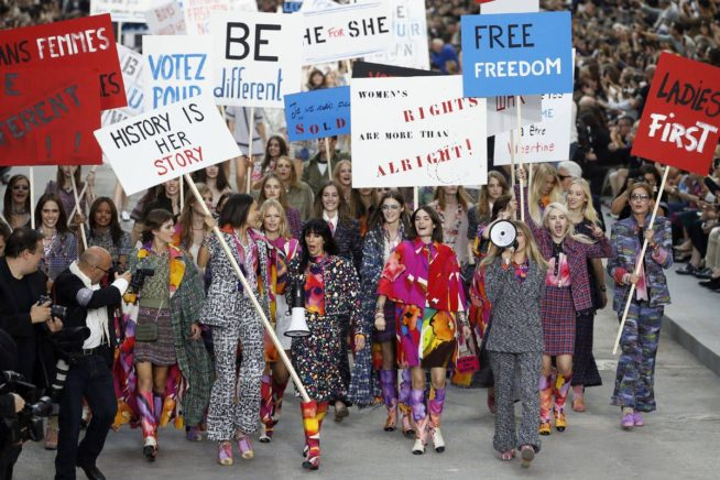 Desfile Spring 2015 da Chanel, que simulava um protesto feminista.