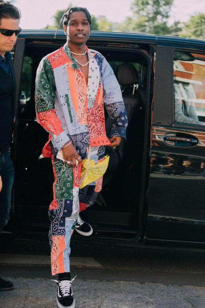 ASAP Rocky de look completo Loewe na Paris Fashion Week | Reprodução Esquire