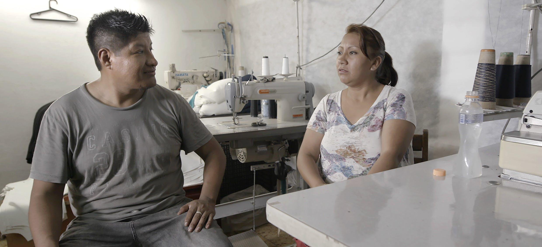 O casal de costureiros que deixou a Bolívia e acabou no Brasil em situação análoga à escravidão / Foto HBO / Reprodução