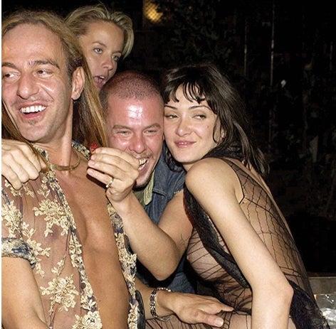John Galliano e Alexander McQueen com amigas / Foto: Reprodução