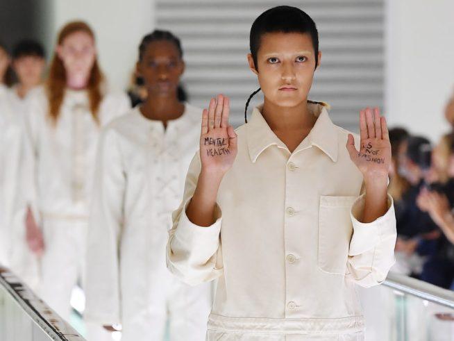 """A modelo Ayesha Tan-Jones e a mensagem """"mental health is not fashion"""" em meio ao desfile da Gucci, em 2019 / Reprodução"""