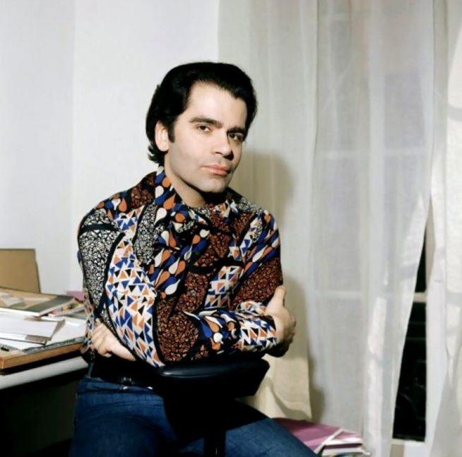 Karl Lagerfeld em 1972, após assumir a Chanel   Reprodução