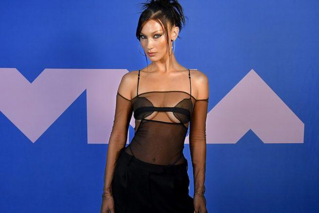 Bella Hadid no VMA, de Nensi Dojaka | Reprodução