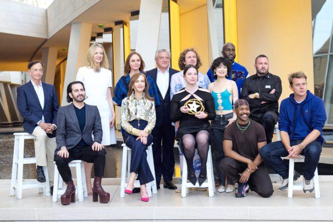 Nensi Dojaka com os jurados do Prêmio LVMH | Reprodução