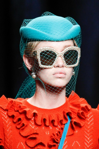 Os óculos que compõem looks arquitetônicos da Gucci